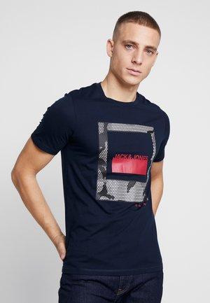JCOLAZER TEE CREW NECK - T-shirt z nadrukiem - sky captain
