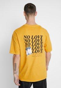 Jack & Jones - JORRISE TEE CREW NECK - T-shirt print - sunflower - 2