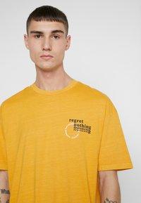 Jack & Jones - JORRISE TEE CREW NECK - T-shirt print - sunflower - 5