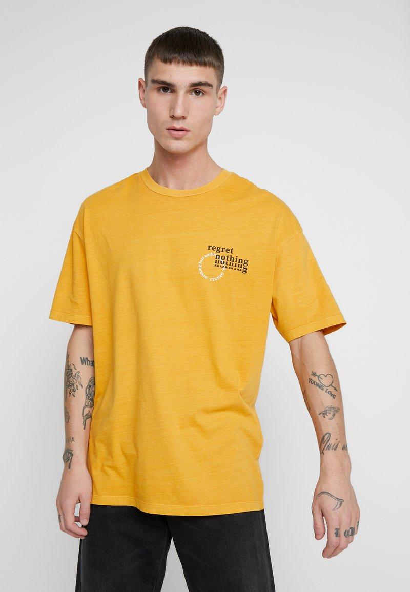 Jack & Jones - JORRISE TEE CREW NECK - T-shirt print - sunflower