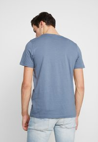 Jack & Jones - JCOEAGLE TEE CREW NECK SLIM FIT - Printtipaita - china blue - 2