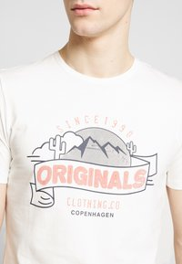 Jack & Jones - JORHAYES TEE  CREW NECK - T-Shirt print - white - 4