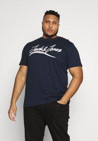 Jack & Jones - JORFLEXER 2 PACK - Print T-shirt - navy blazer/white - 2