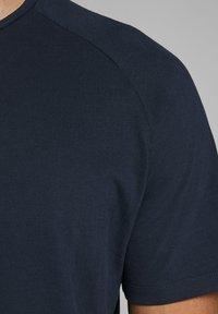 Jack & Jones - T-shirt basic - navy blazer - 4