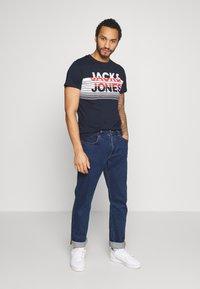 Jack & Jones - JCOWREXLER TEE CREW NECK - T-shirt print - sky captain/sky captain stripe bloc - 1