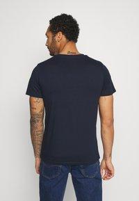 Jack & Jones - JCOWREXLER TEE CREW NECK - T-shirt print - sky captain/sky captain stripe bloc - 2