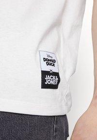 Jack & Jones - JORDONALDDUCK - Printtipaita - cloud dancer - 5