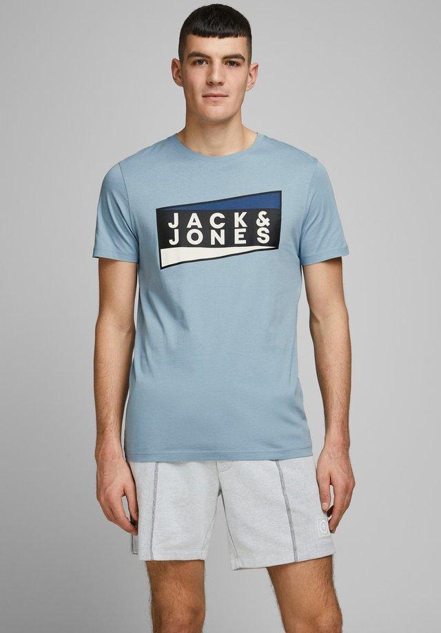 JCOSHAUN  - T-shirt print - light blue