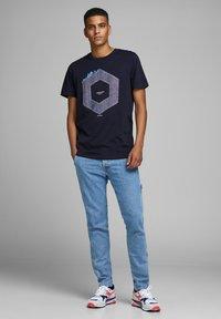 Jack & Jones - JCOTUTAN TEE CREW NECK - T-shirt z nadrukiem - sky captain - 1