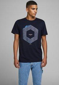 Jack & Jones - JCOTUTAN TEE CREW NECK - T-shirt z nadrukiem - sky captain - 0