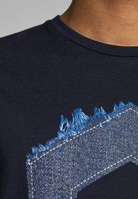 Jack & Jones - JCOTUTAN TEE CREW NECK - T-shirt z nadrukiem - sky captain - 4