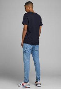 Jack & Jones - JCOTUTAN TEE CREW NECK - T-shirt z nadrukiem - sky captain - 2