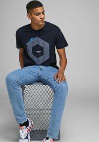 Jack & Jones - JCOTUTAN TEE CREW NECK - T-shirt z nadrukiem - sky captain - 5