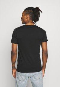 Jack & Jones - JCOTUTAN TEE CREW NECK - T-shirt z nadrukiem - black - 2