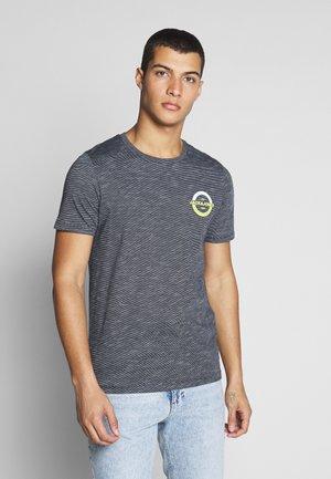JCOSTRONG TEE CREW NECK - T-shirt z nadrukiem - sky captain