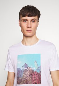 Jack & Jones - JORCAFE TEE CREW NECK SLIM FIT - Print T-shirt - white - 4