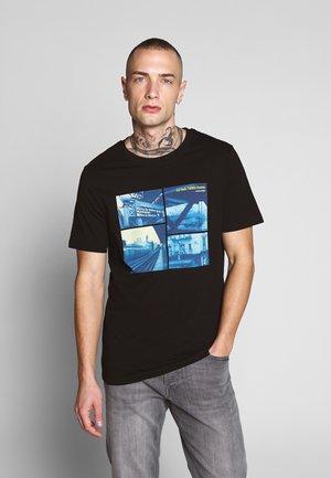 JCOPOP TEE SS  CREW NECK - T-shirt z nadrukiem - black