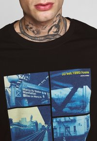 Jack & Jones - JCOPOP TEE SS  CREW NECK - T-Shirt print - black - 4