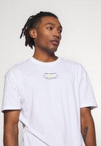 Jack & Jones - JCOBARKER TEE CREW NECK  - Print T-shirt - white - 4