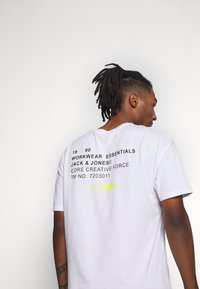 Jack & Jones - JCOBARKER TEE CREW NECK  - Print T-shirt - white - 6