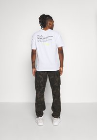 Jack & Jones - JCOBARKER TEE CREW NECK  - Print T-shirt - white - 2