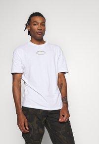 Jack & Jones - JCOBARKER TEE CREW NECK  - Print T-shirt - white - 0