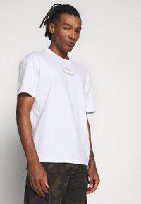 Jack & Jones - JCOBARKER TEE CREW NECK  - Print T-shirt - white - 3