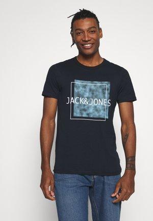 JCOMELVIN TEE CREW NECK - T-shirt z nadrukiem - sky captain