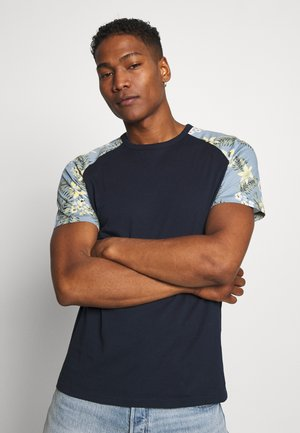 JORTROPIC TEE - Printtipaita - navy blazer