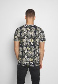 Jack & Jones - JORTROPIC TEE CREW NECK - T-shirt med print - navy blazer - 2