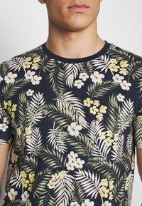 Jack & Jones - JORTROPIC TEE CREW NECK - T-shirt med print - navy blazer - 4