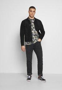Jack & Jones - JORTROPIC TEE CREW NECK - T-shirt med print - navy blazer - 1