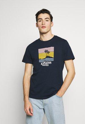 JORSUNSET TEE CREW NECK - T-shirt z nadrukiem - navy blazer