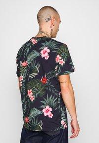 Jack & Jones - JORJUNON TEE CREW NECK  - T-shirt med print - navy blazer - 2