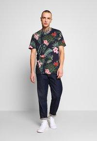 Jack & Jones - JORJUNON TEE CREW NECK  - T-shirt med print - navy blazer - 1