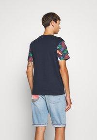 Jack & Jones - JORGRAHAM TEE  - Camiseta estampada - navy blazer - 2