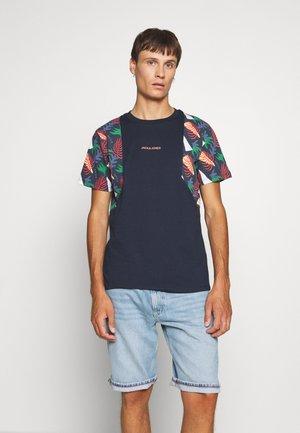 JORGRAHAM TEE  - T-shirt med print - navy blazer
