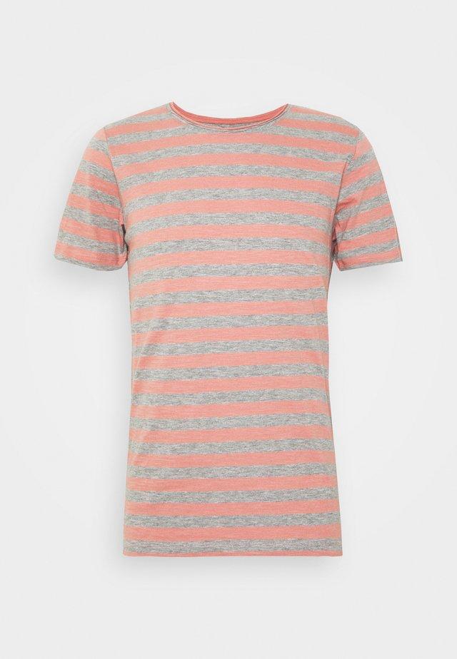 JORMILO TEE CREW NECK - T-shirt con stampa - rosette
