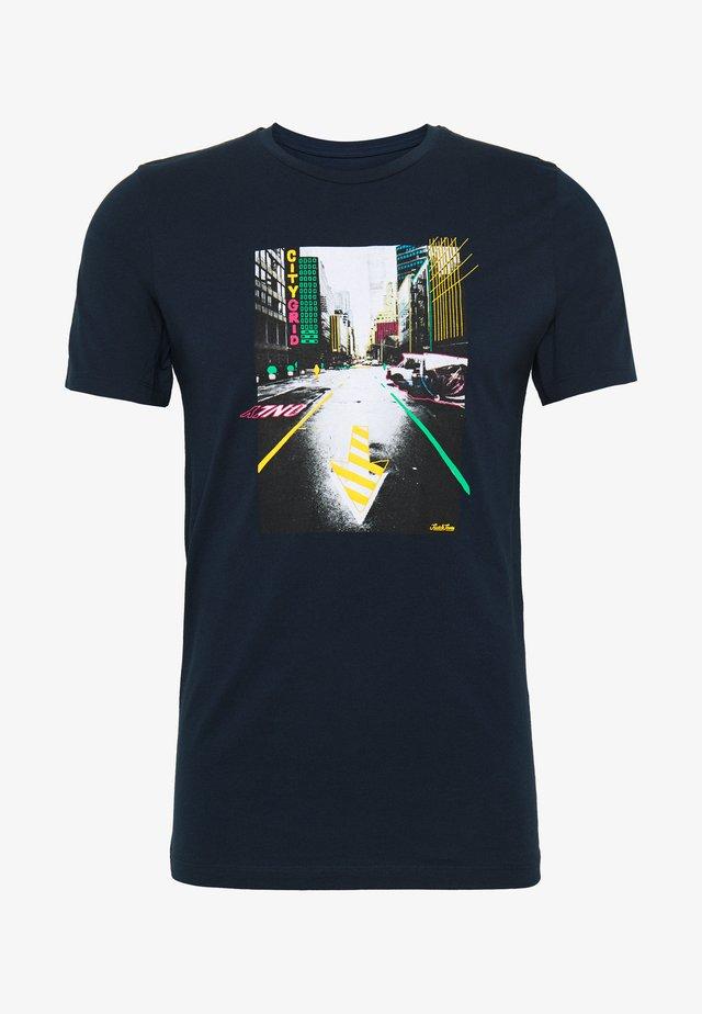 JORLUCIANO  - T-shirt z nadrukiem - navy blazer