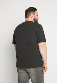 Jack & Jones - WASH TEE CREW NECK CAMP - Basic T-shirt - black - 2