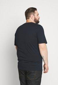 Jack & Jones - JCOTATE TEE  CREW NECK - Print T-shirt - sky captain - 2