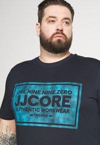 Jack & Jones - JCOTATE TEE  CREW NECK - Print T-shirt - sky captain - 4