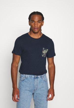JORELIPOCKET TEE CREW REGULAR FIT - T-shirt med print - navy blazer