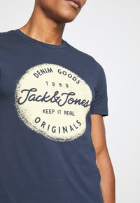 Jack & Jones - JORTORINO TEE CREW NECK - T-shirt print - navy blazer - 5