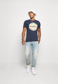 Jack & Jones - JORTORINO TEE CREW NECK - T-shirt print - navy blazer - 1