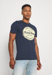 Jack & Jones - JORTORINO TEE CREW NECK - T-shirt print - navy blazer - 0