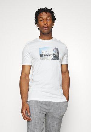 JORDYLANT - T-shirt z nadrukiem - white