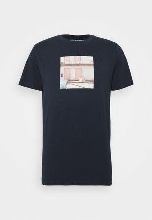 JORDYLANT TEE CREW NECK - T-shirt med print - navy blue