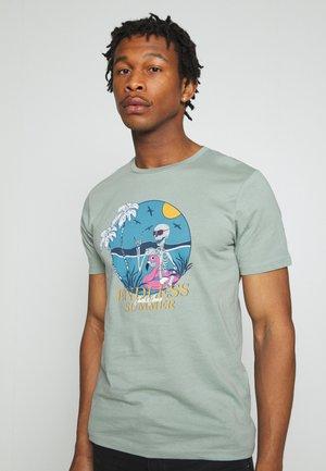 JORONIKET TEE CREW NECK - Print T-shirt - green milieu