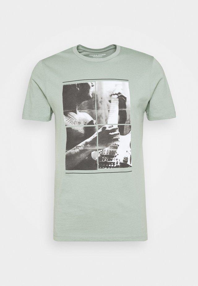 JORCLOSEUP CREW NECK - Print T-shirt - green milieu